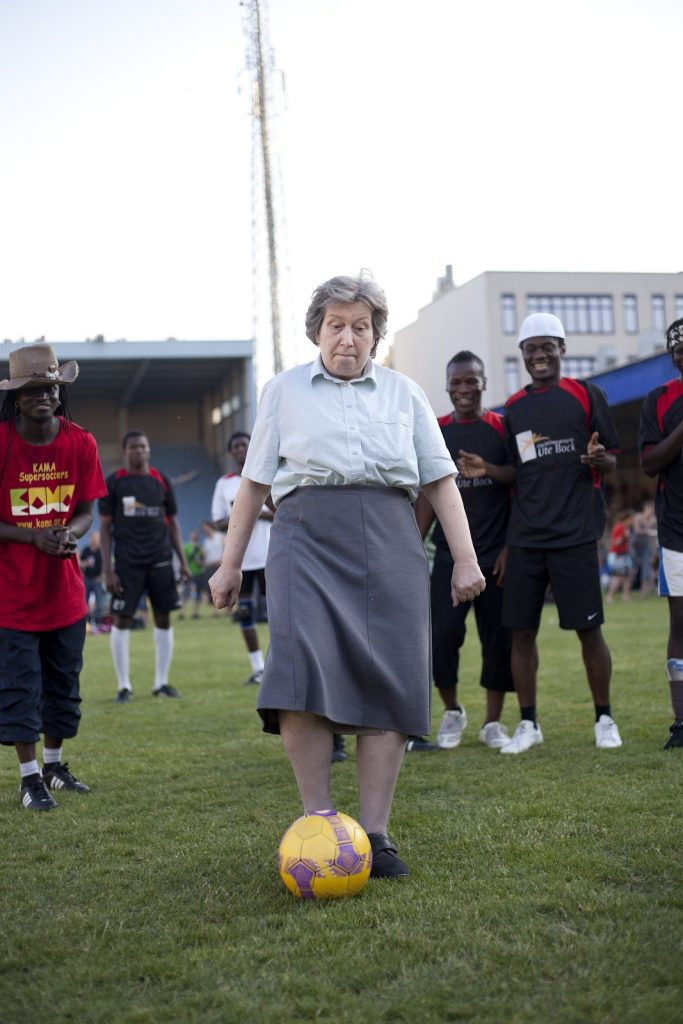 Ute Bock kickt Fußball